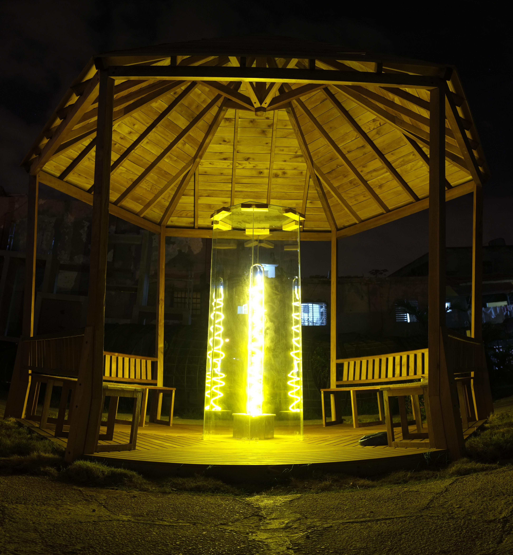 Calle Loynaz éclairée pendant la nuit
